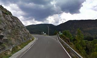 Desvío al refugio desde la carretera comarcal a Montellà