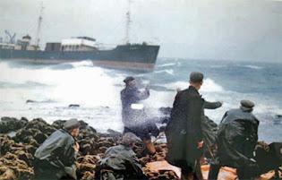 Habitantes de Inisheer rescatando a la tripulación del MC Plassy