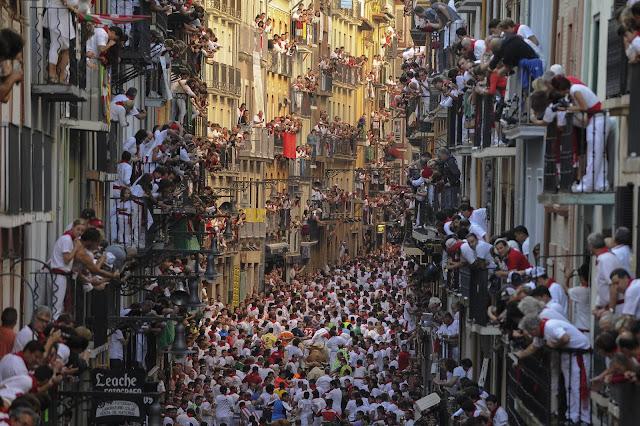 Centenares de personas ven el encierro de San Fermín desde los balcones