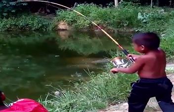 Gila Mancing Bocah Dapat Ikan Besar Seru Banget