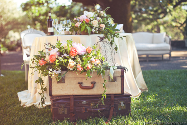 Decoracion Matrimonio Vintage ~ Luggage the perfect foundation for a pretty vignette
