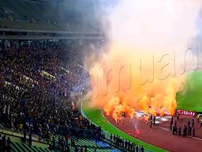 Penonton Bakar Suar Di Stadium Shah Alam