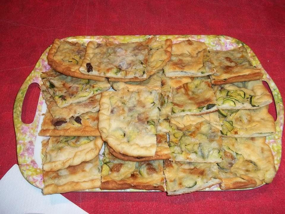 pizza di cipolla e zucchina farcita con olive