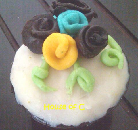 Base cake nya dari sacher cake dicover dengan chocolate dan dihias ...