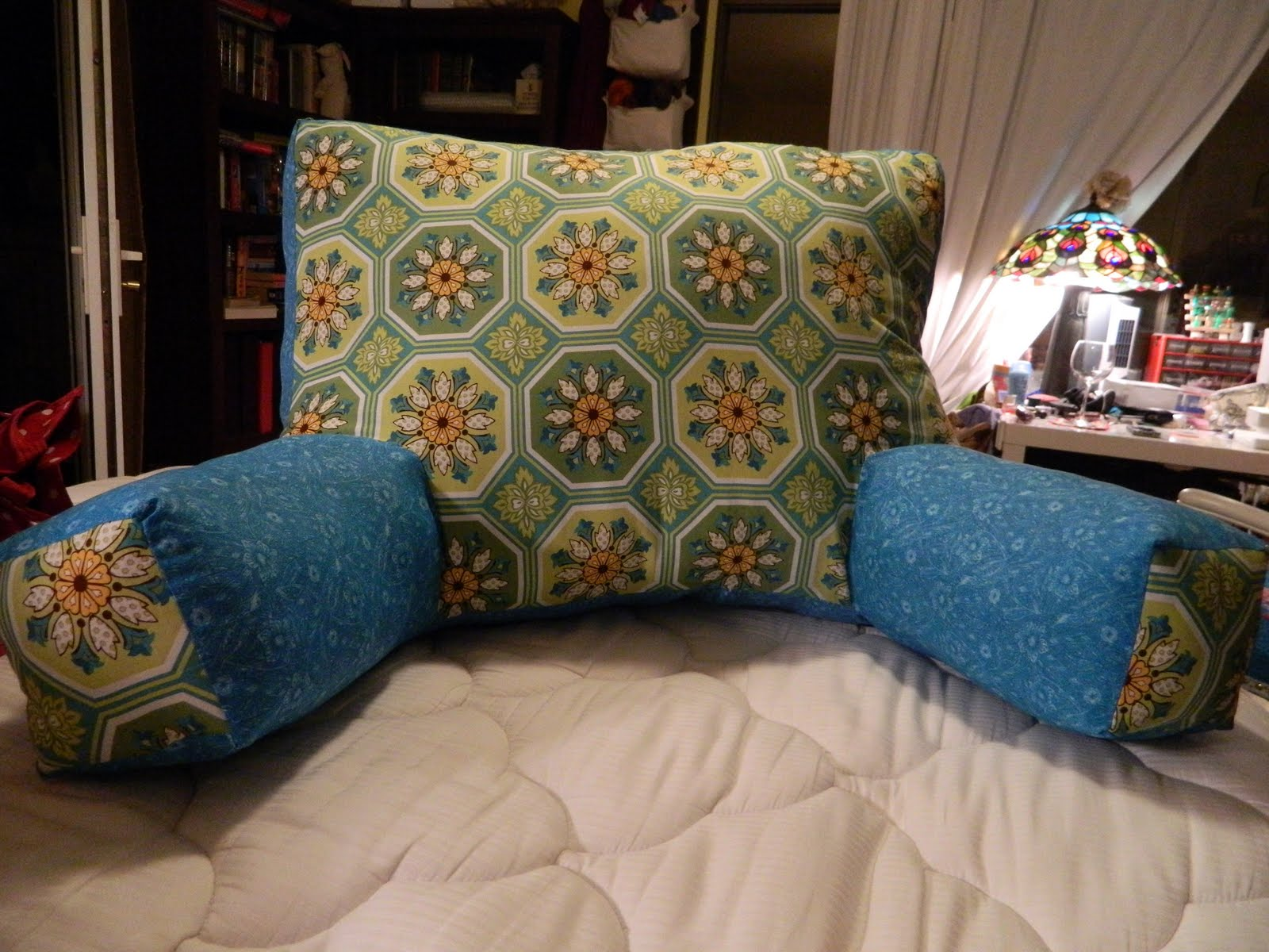 Guest Tutorial: Reading/Knitting Pillow from my BFF Bonnie!!