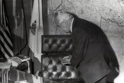 ex-presidente Jânio Quadros desinfeta a cadeira que teria sido usada por Fernando Henrique Cardoso