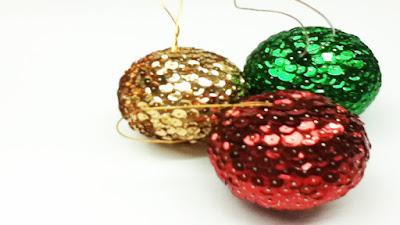 Bolas navideñas decoradas con cinta, lentejuela y alfileres