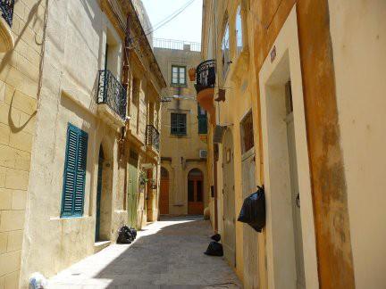 Strada di Gozo con immondizia appesa