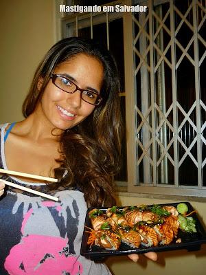 Thamires Castelo Branco com o Combo Especial Flambado do Sushi Bahia