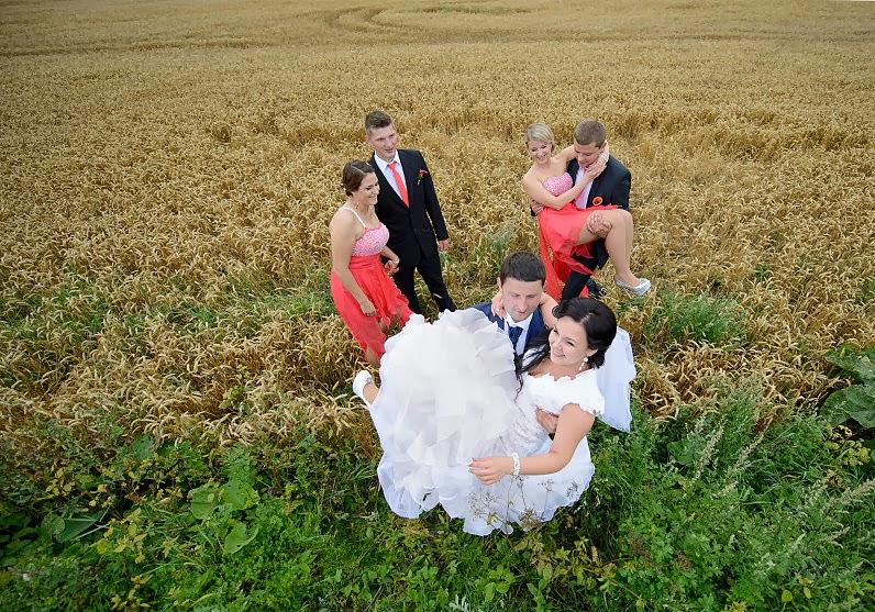 linksma vestuvių fotosesija rugių laukuose