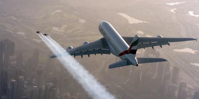 Aksi Ekstrem Dua Pilot Jetpack Mengitari Airbus A380 milik Maskapai Emirates
