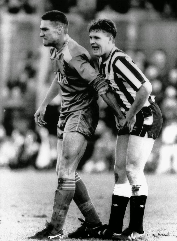 Vinnie Jones haciendo gala de su fama de jugador sucio con un joven Paul Gascoigne