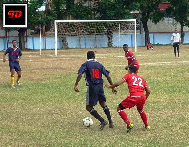 Jugadores de los equipos Cuba y Santiago se disputan el balón