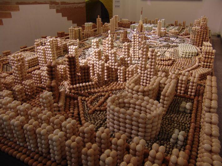 Escultura com Ovos de Weng Peijun