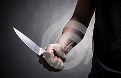 Mano con cuchillo en una escena teatral