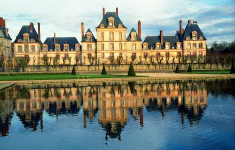 Travelling place visit castle of fontainebleau in paris for Chateaux in france to stay