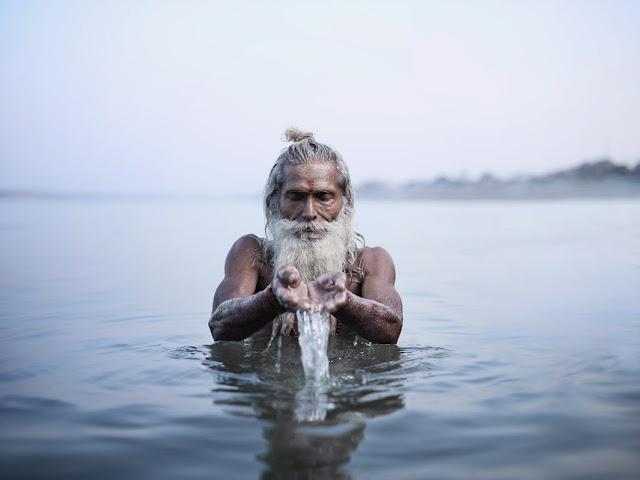 photo de voyage inde joey L sadhu de l'inde aghori eau du gange rituel puja du matin