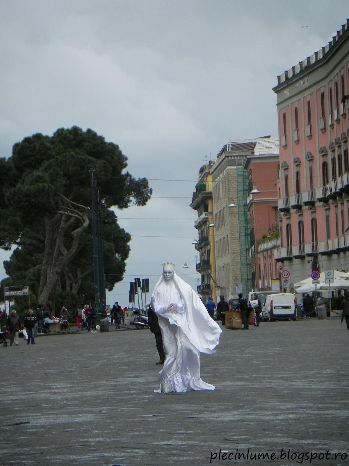 Statuie umana in Piazza Plebiscito