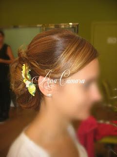 Peinado de fiesta con tocado floral