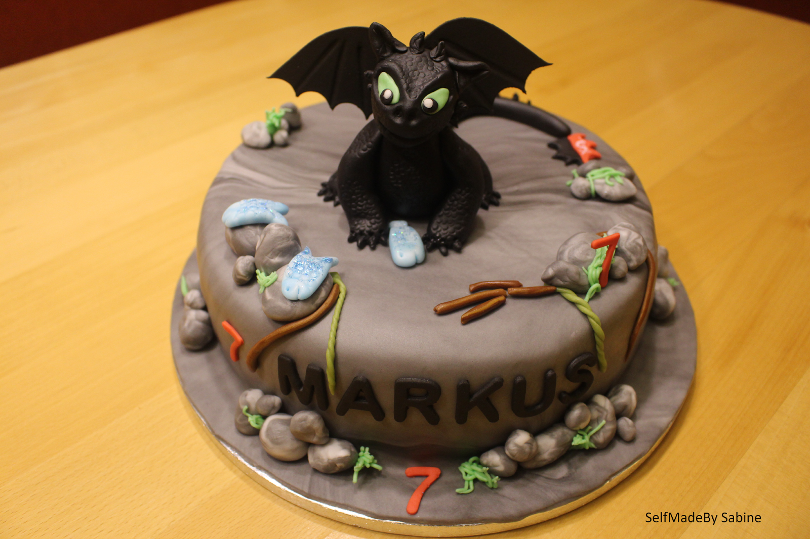 SelfMadeby Sabine: Ohnezahn Torte - How to train your dragon