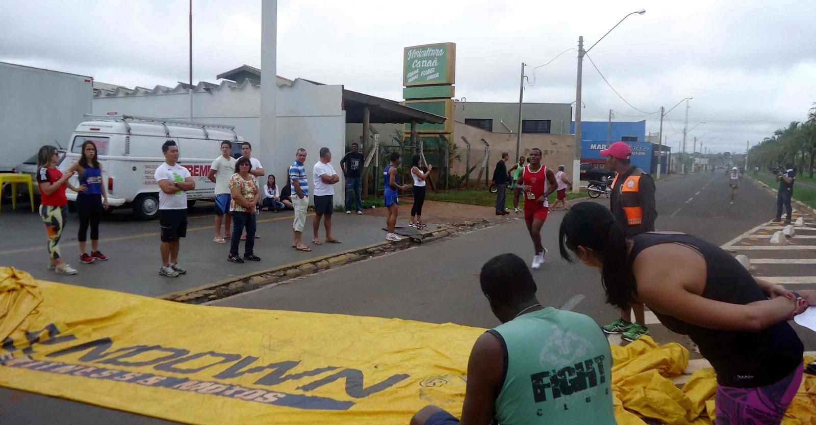 """Foto 93 da 1ª Corrida Av. dos Coqueiros em Barretos-SP 14/04/2013 – Atletas cruzando a linha de chegada""""  /></a></div> <div style="""