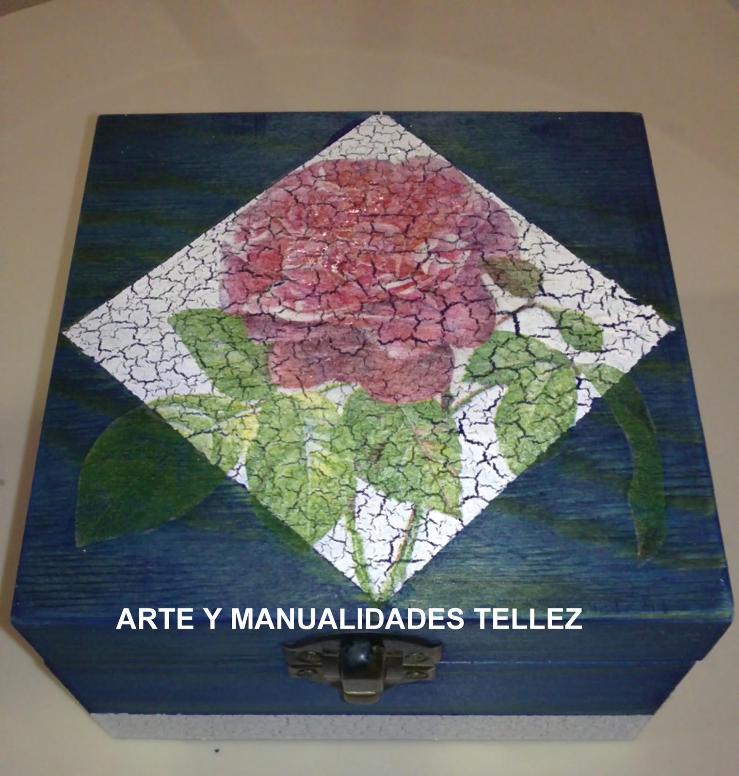 Caja de madera decorada con tinte, craquelado y papel para decoupage.