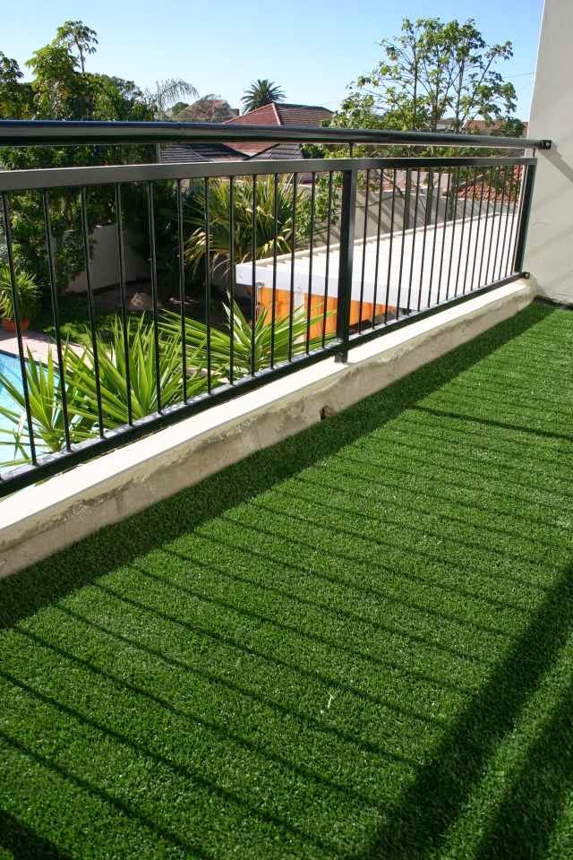 Artificial green grass for balcony and terrace easy to for Balcony artificial grass