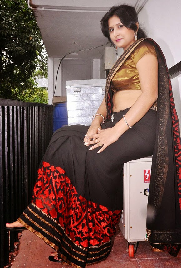 Khushboo Navel Show In Saree