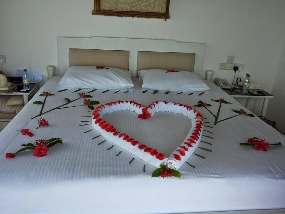 Romantic bedroom decoration ideas for wedding night for Bed decoration