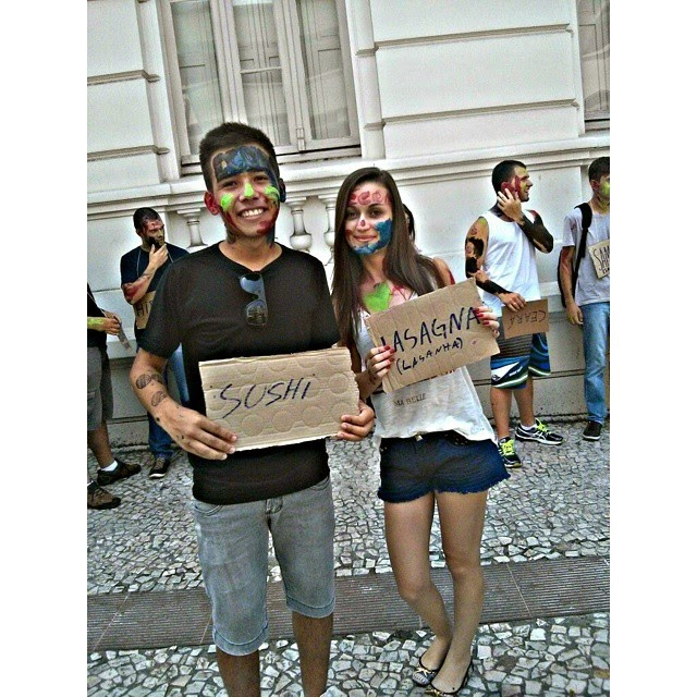 Foto: Os calouros Victor Adati(Sushi) e Débora Nascimento(Lasagna), ambos aprovados em Economia na UFPR.