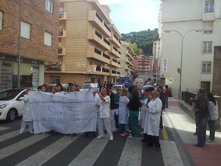 PErsonal del hospital Virgen del castañar corta la calle protestando