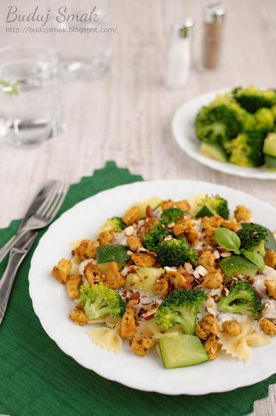 Makaron Farfalle z kurczakiem, cukinią i brokułem