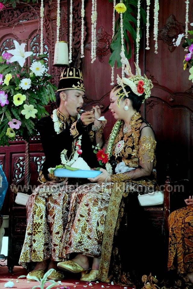 Acara Panggih Pada Resepsi Pernikahan Nofi & Eko - Ledug, 07 Oktober 2014 | Foto Oleh klikmg Fotografer Cilacap