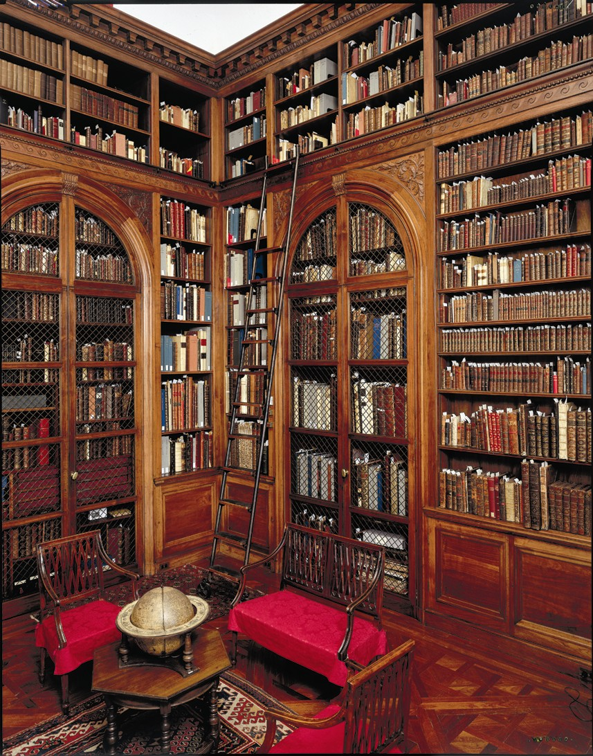 inside the house there needs to be a huge library i love to read and