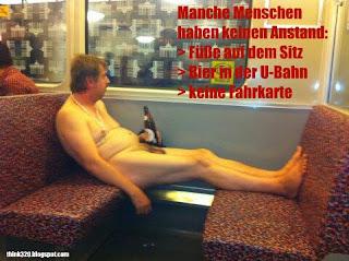 Nackter Mann in Berliner U-Bahn. Füße auf dem Sitz, Bier in der Hand, keine Fahrkarte dabei.