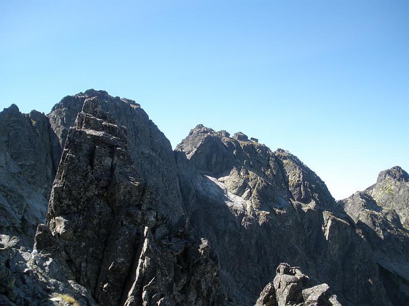 Czarny Mniszek (2178 m n.p.m.), na drugim planie Kozi Wierch (słow. Kozí vrch, 2291 m n.p.m.), a po prawej Kozie Czuby (słow. Kozí Czuby, 2263 n.p.m.).