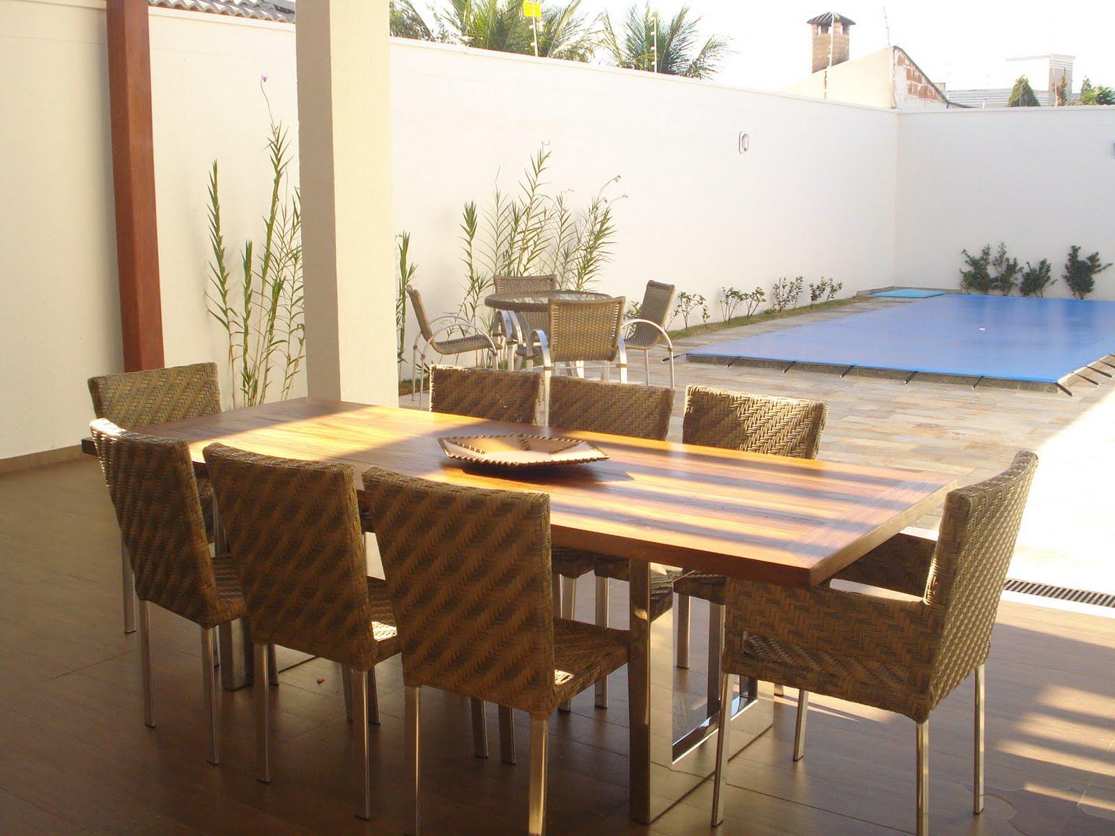 pés em aluminio com tampo de madeira rústica, rodeada de cadeiras em
