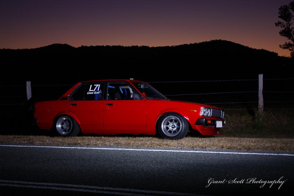 Toyota Corolla E70, japoński samochód, motoryzacja, jdm, zdjęcia, fotki, photos, tuning, nocna fotografia, samochody nocą, po zmroku, auto, sedan, stary, klasyk, youngtimer