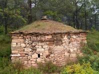 El mur que limita amb el camí de la Barraca de Vinya de la Costa