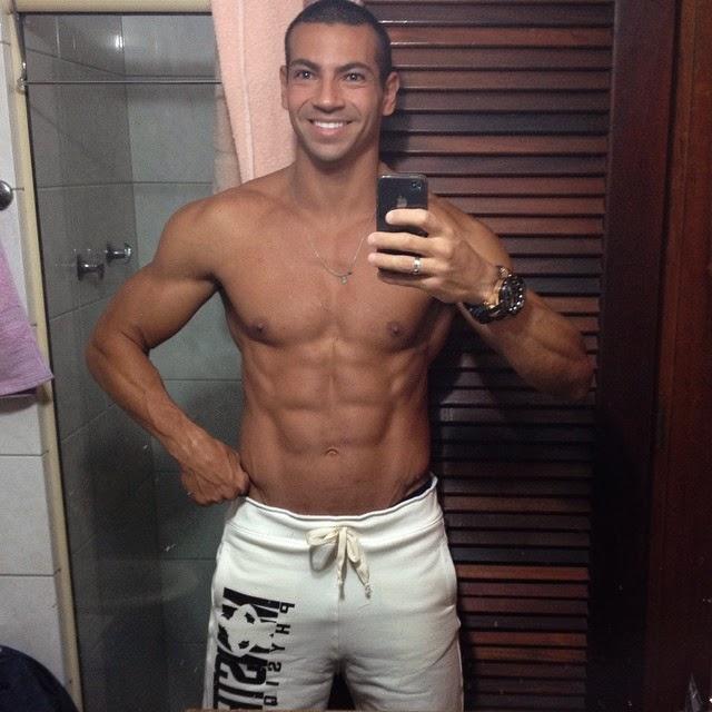 Breno Neves mostra o shape sarado em selfie tirada no banheiro. Foto: Instagram/Reprodução