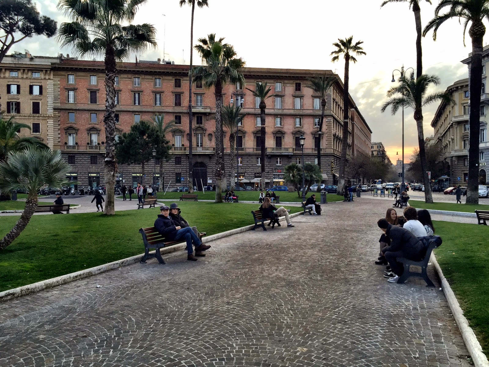 Roma fa schifo piazza cavour l 39 unica piazza europea di for Arredo urbano roma