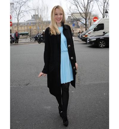 Vestido azul con abrigo negro