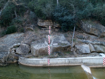 Zona amb indicadors de nivell de la riera de Merlès als peus de la masia La Serreta