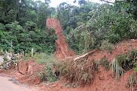 Queda de barreira na Granja Florestal destrói posto de saúde da família