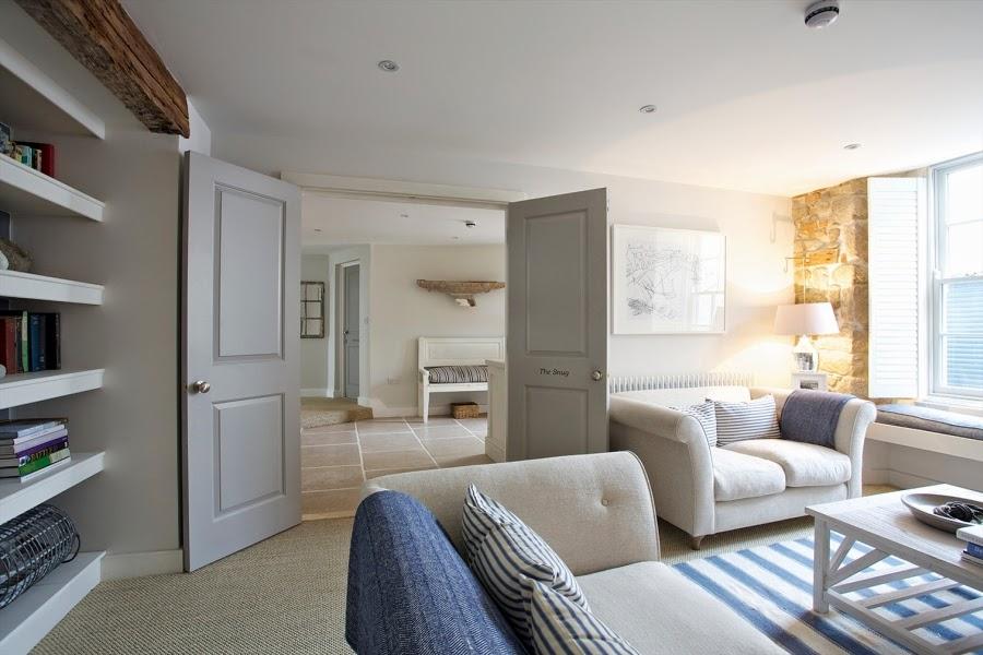 hotel, wnętrza, wystrój wnętrz, styl klasyczny, kamienna ściana, białe wnętrza, salon, przedpokój