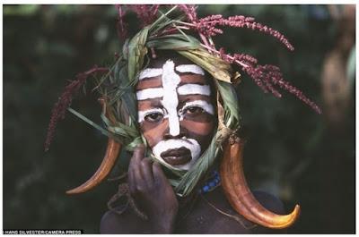 Suku Ethiopia Menggunakan Alam Sebagai Trend Busana Mereka