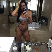 """Gracyanne Barbosa faz selfie de calcinha e sutiã e fã dispara: """"alcançou a perfeição"""""""