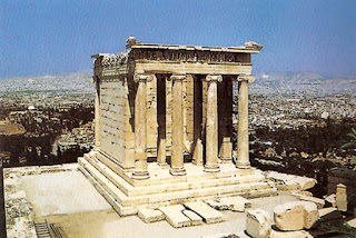 Anfiprostilo tempio rettangolare munito di colonne sulla parte anteriore e posteriore, ma privo ai lati