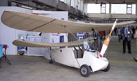 Un HM 14 à moteur Rotax.