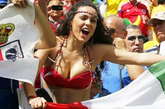 Bold Italy Female Fan Cheers